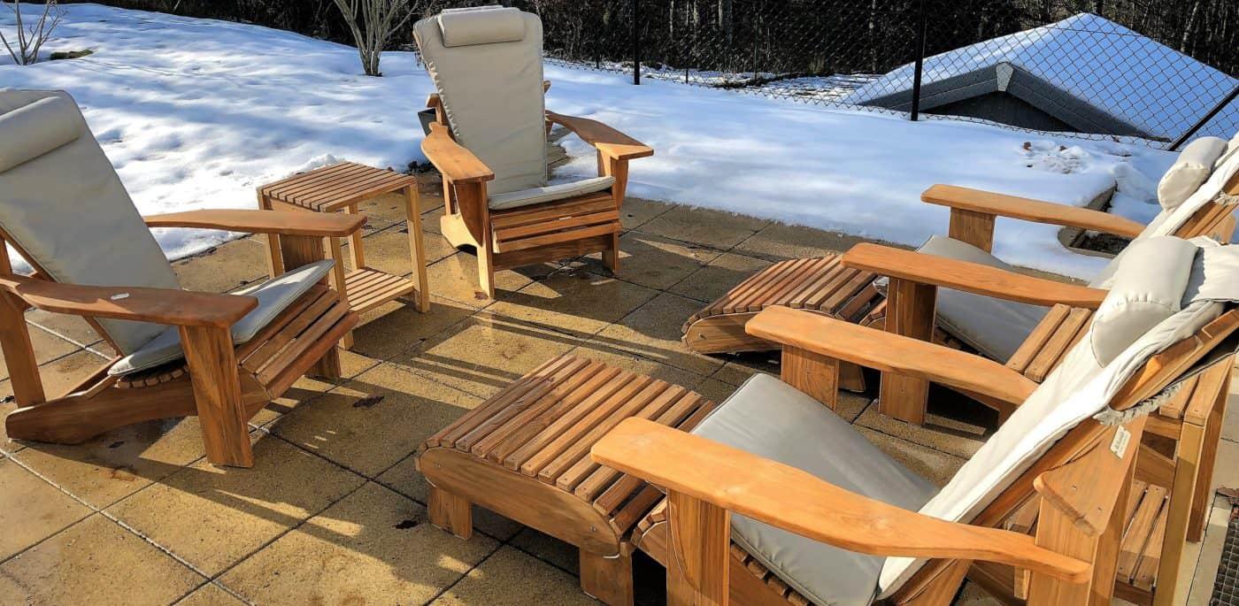 BeSeaside Set Sitzgruppe Adirondack Chairs Modell CLASSIC TEAK Holz unbehandelt mit Fussbaenken SideTable und Sitzauflagen steingrau Sunbrella Collection Schweiz