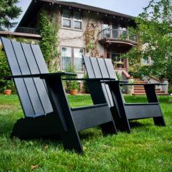 beseaside adirondack 4slat flat comp zwei schwarze vor villa