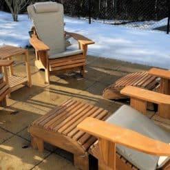 beseaside set sitz ruppe adirondack chairs modell classic teak holz unbehandelt mit fussbaenken sidetable und sitzauflagen steingrau sunbrella collection schweiz scaled