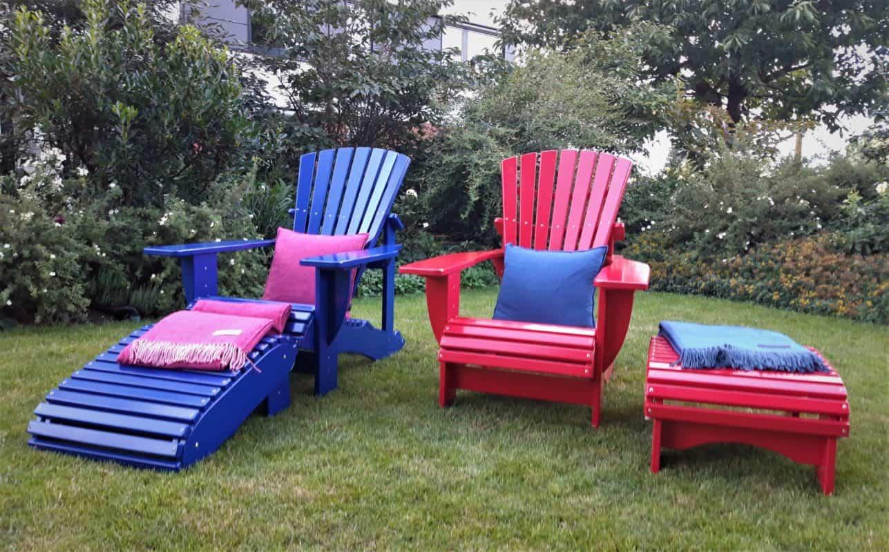 beseaside classic chairs mit fussbank aus robinie lackiert in ral 3027 himbeerrot und ral 5002 ultramarinblau hannover